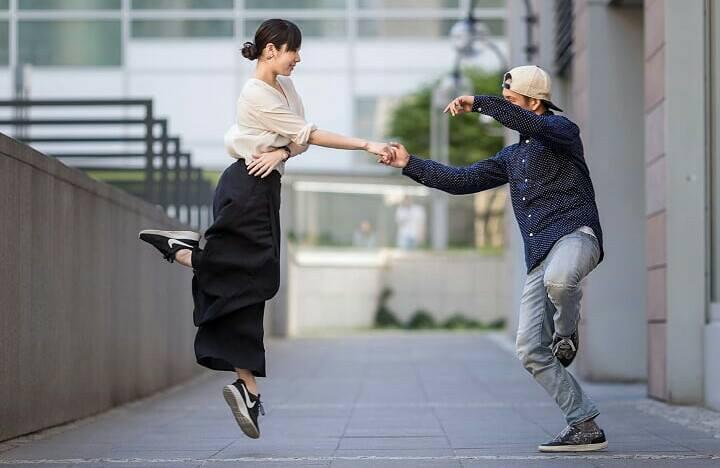 ニュースタイルハッスルを踊っている例。モデルはZabu&Eri。
